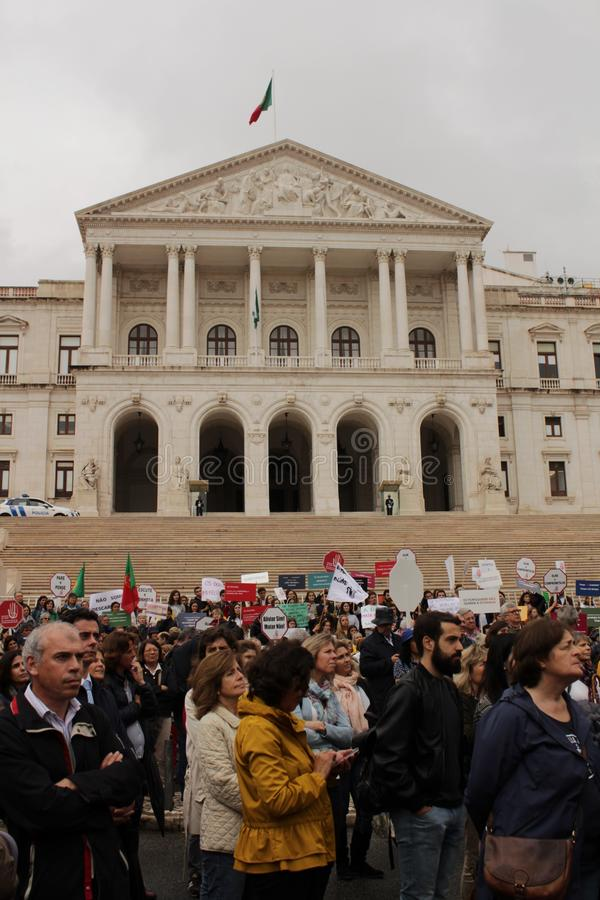 Vorführer, die mit Plakaten gegen Euthanasie in Lissabon protestieren lizenzfreies stockfoto