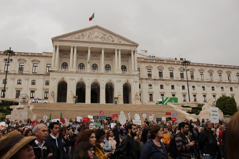 Vorführer, die mit Plakaten gegen Euthanasie in Lissabon protestieren stockbild