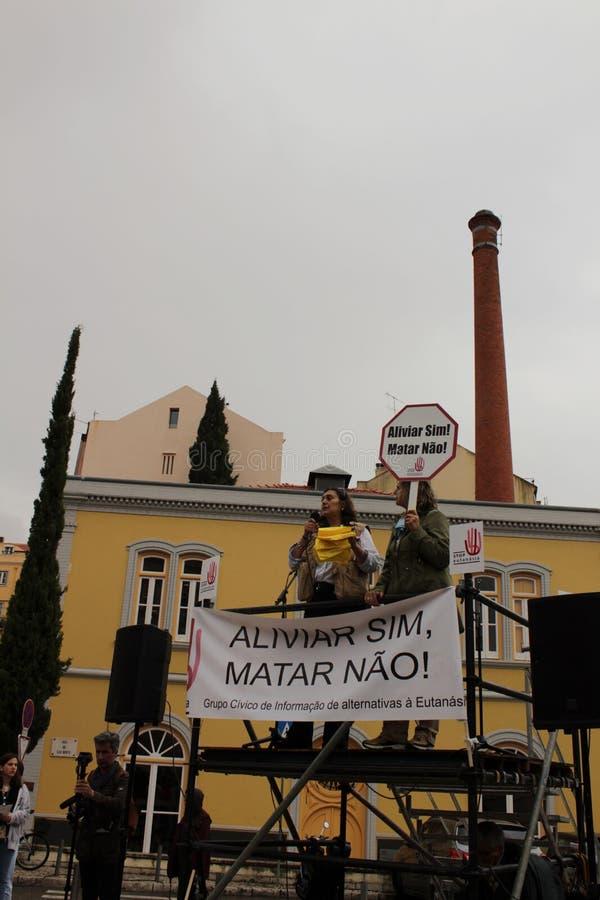 Vorführer, die mit Plakaten gegen Euthanasie in Lissabon protestieren lizenzfreie stockbilder