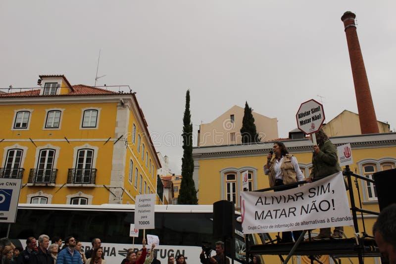 Vorführer, die mit Plakaten gegen Euthanasie in Lissabon protestieren stockbilder