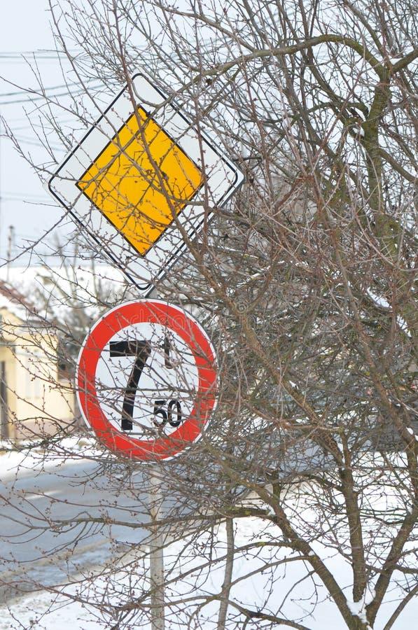 Vorfahrtsstraßezeichen und Höchstgewicht 7 Tonnen für die Fahrzeuge, die Zeichen kreuzen lizenzfreie stockbilder