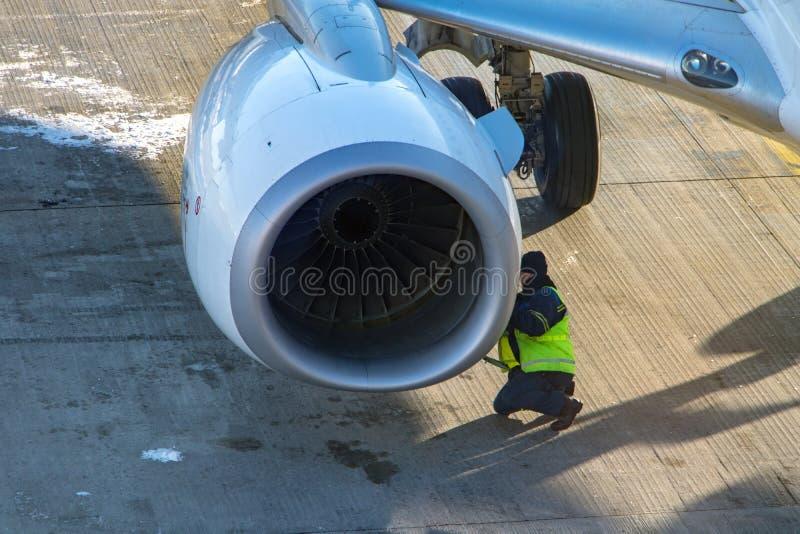 Vorflugwartung eines Strahltriebwerks auf dem Flügel lizenzfreies stockfoto