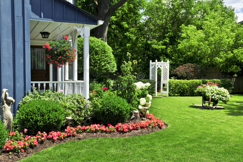 Vorgarten eines Hauses lizenzfreie stockbilder
