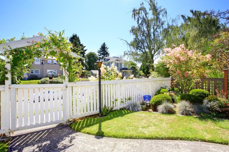 Vorgarten mit wei em zaun und landschaft stockbild bild von frontseite zaun 44715615 - Zaun vorgarten ...