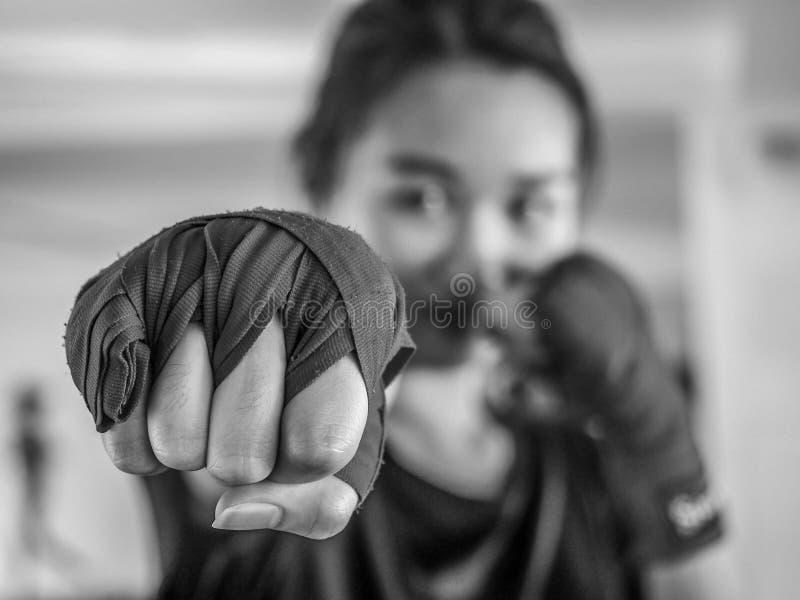 Vorgewählter Schwarzweiss-Fokus von jungen Schönheiten tragen ein rotes thailändisches boxendes Band, das zum Lochen bereit ist lizenzfreies stockbild