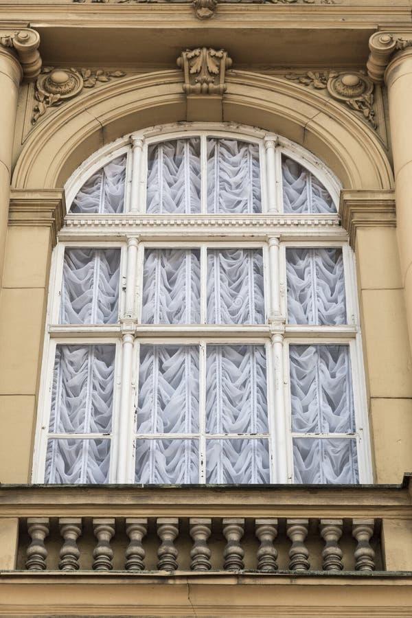 Vorhänge auf dem Fenster des alten Palastes stockbild