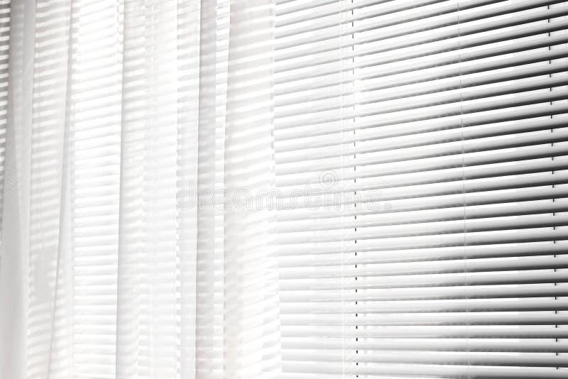 Vorhänge auf dem Fenster Hintergrund der Vorhänge streifen stockbilder