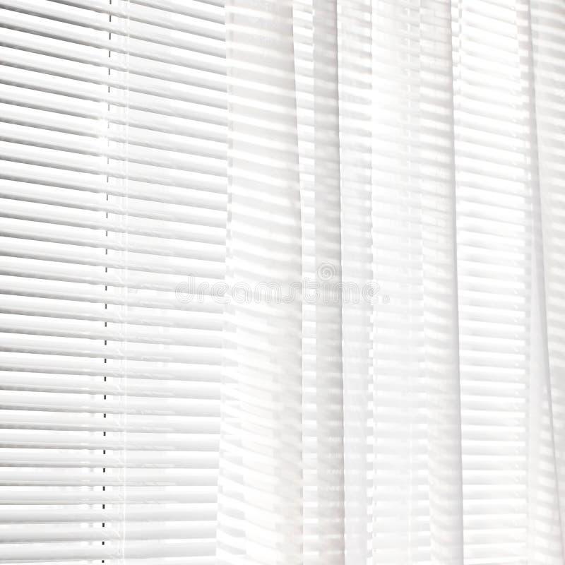 Vorhänge auf dem Fenster Hintergrund der Vorhänge streifen lizenzfreie stockfotos