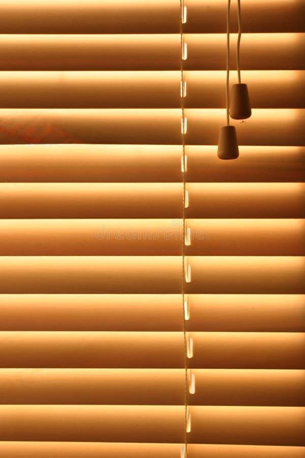 Vorhänge mit Sonnenschein stockfoto