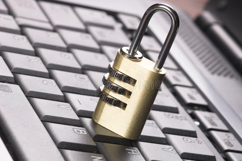 Vorhängeschloß auf Tastatur stockbild