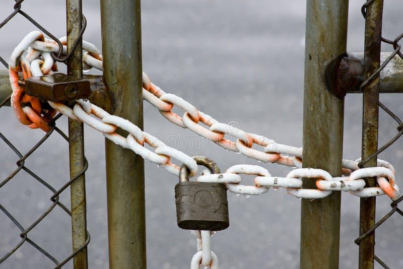 Vorhängeschloß auf Zaun lizenzfreie stockfotografie