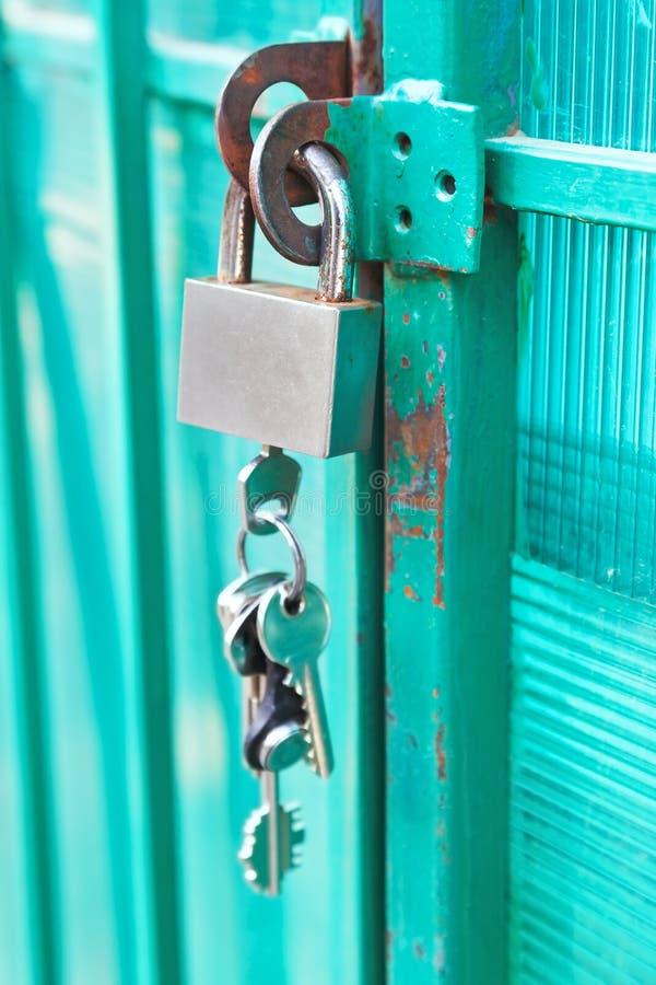 Vorhängeschloß mit Schlüsselbund lizenzfreie stockfotografie