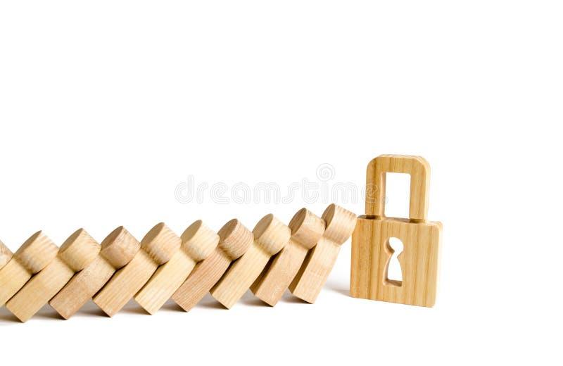 Vorhängeschlossendfallende Dominos oder -leute Das Konzept der Befolgung der Gesetze und der Normen, Panik und Verletzung vermeid lizenzfreie stockfotografie