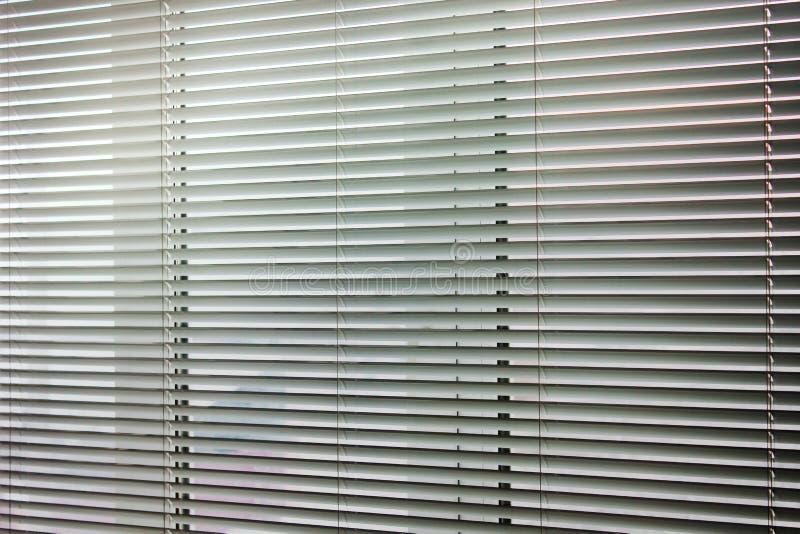 Vorh?nge auf dem Fenster Hintergrund der Vorh?nge Horizontale Streifen lizenzfreie stockfotos