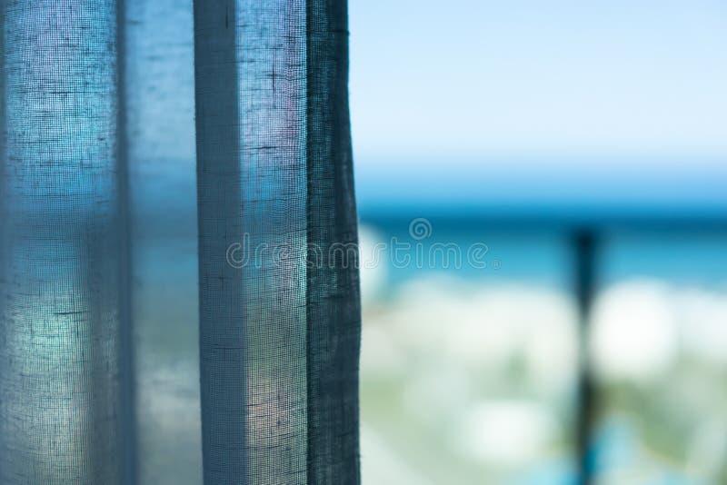 Vorhang am Fenster morgens Seeansichtkonzept lizenzfreie stockfotografie
