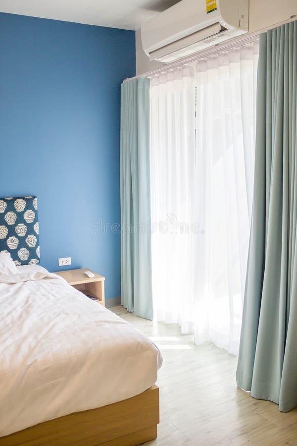 download vorhang wei und blau im schlafzimmer stockbild bild 70223909 - Vorhang Schlafzimmer Blau