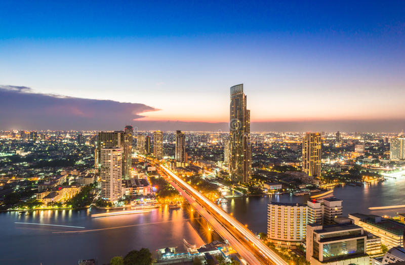Vorige dag, de mening van Bangkok van de unieke toren van Sathorn De horizon Sathorn van Bangkok de stad in Bangkok is het kapita stock fotografie