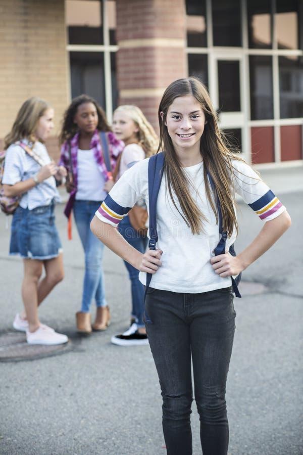 Vorjugendlicher jugendlich Student, der heraus in der Schule mit Freunden hängt stockfotos