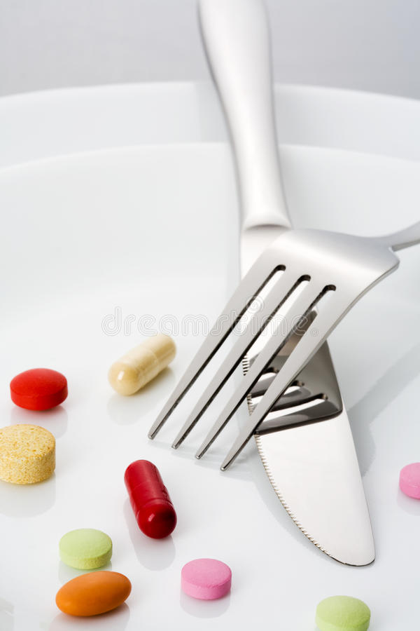 Vork, mes en vele pillen op een plaat royalty-vrije stock foto