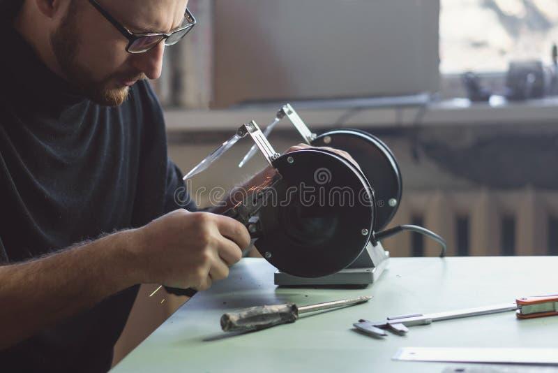 Vorlagenarbeiten hinter Schleifmaschine stockbilder