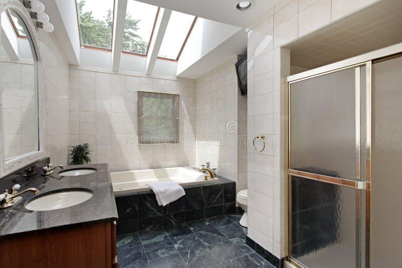 Vorlagenbad mit Oberlichtern stockfoto