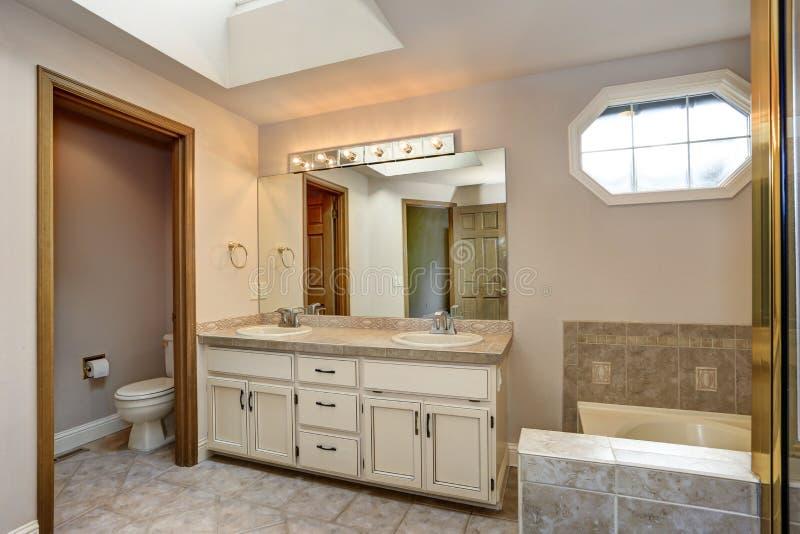 Vorlagenbadezimmer mit doppeltem Eitelkeitskabinett und -dusche lizenzfreie stockbilder