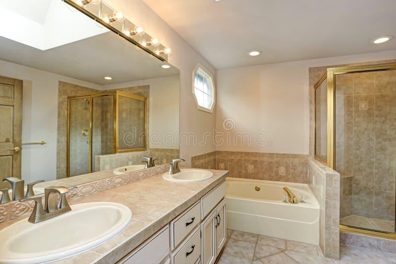 Vorlagenbadezimmer mit doppeltem Eitelkeitskabinett und -dusche lizenzfreies stockfoto