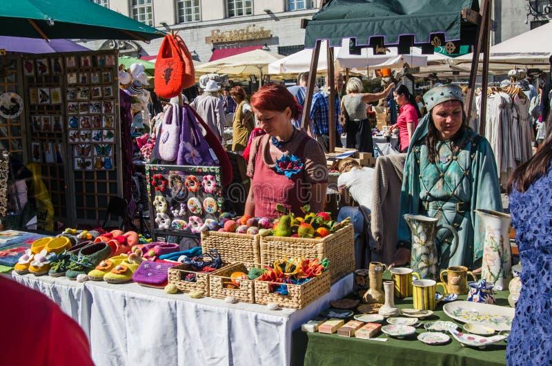 Vorlagenhandwerk verkauft ihre Produkte auf dem mittelalterlichen Markt stockfoto