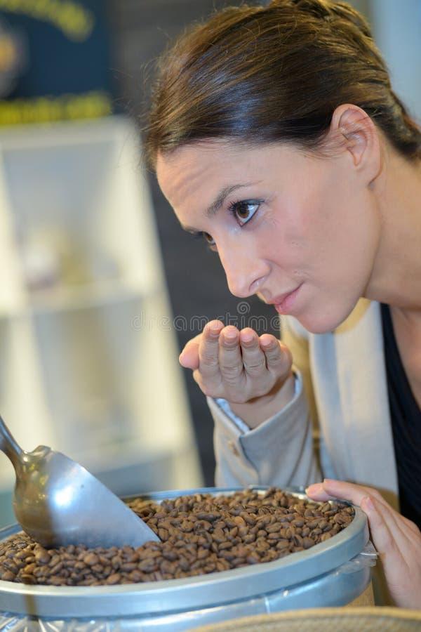 Vorlagenkaffee, der aromatische Kaffeebohnen riecht stockbilder