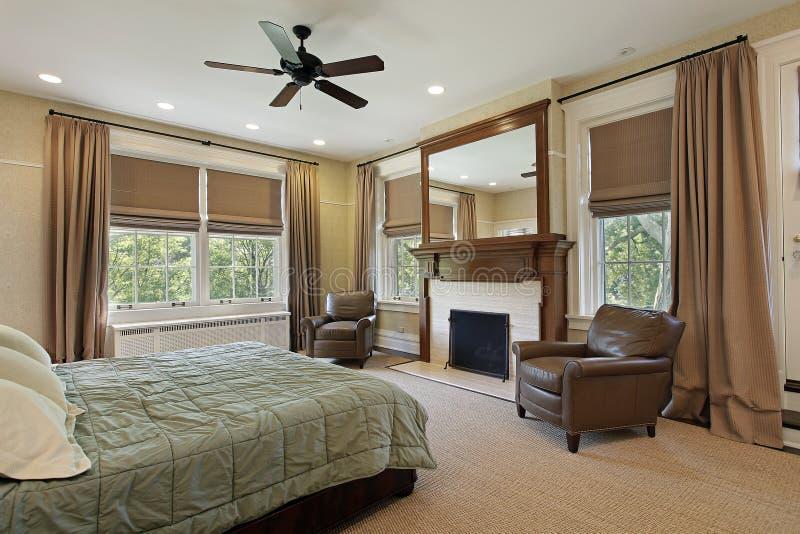 Vorlagenschlafzimmer mit Kamin lizenzfreie stockfotos