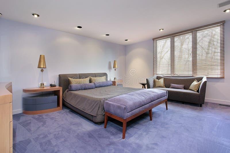 Vorlagenschlafzimmer mit lavendar Auslegen mit Teppich lizenzfreie stockbilder