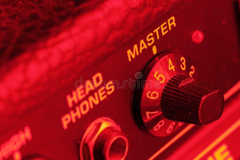 Vorlagenvolumengriff eines Gitarrenverstärkers stockbild