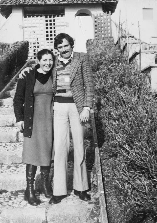 Vorlagenweinlesefoto 1970 Italienische junge Paare Mann und Frau stockbilder