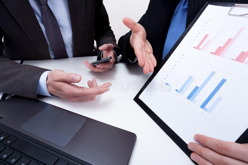 Vorlegen von Finanzdaten bezüglich des Geschäftstreffens lizenzfreie stockfotos