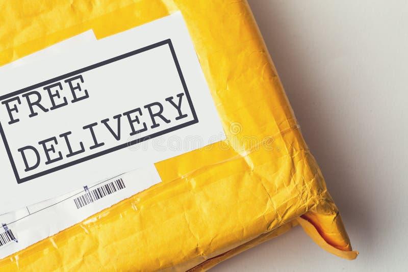 Vorleistungstext auf gelbem Paketpaket oder Frachtkasten mit Produkt, freier logistischer Versand und Verteilung, Internet-Einkau lizenzfreie stockfotos