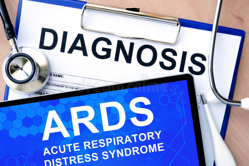 Vorm met diagnose en tablet met scherp ademhalingsnoodsyndroom ARDS stock afbeeldingen