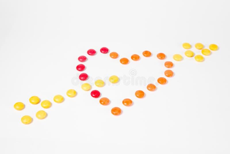 Vorm van hart met pijl - I-liefde wordt doordrongen u - van kleurrijk zoet suikergoed wordt gemaakt dat stock fotografie