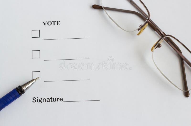 Vorm voor stemming en het ondertekenen dichtbij de pen, glazen stock foto