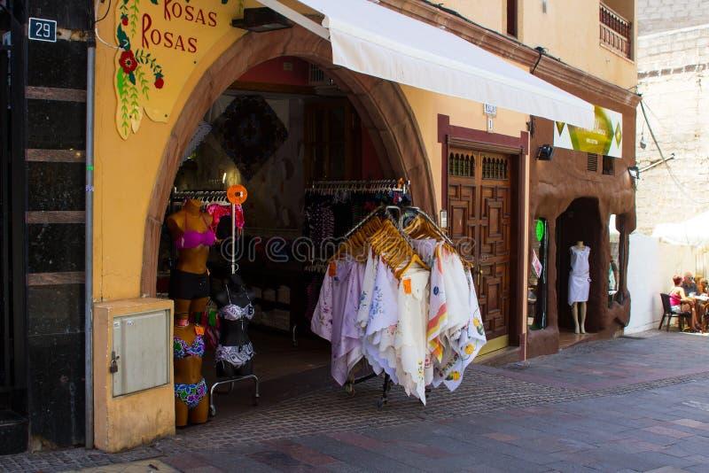 Vormen de typische dames winkel met straatvertoningen en het uitnodigen overwelfde galerijingang in het Spaanse Eiland Tenerife i royalty-vrije stock afbeelding
