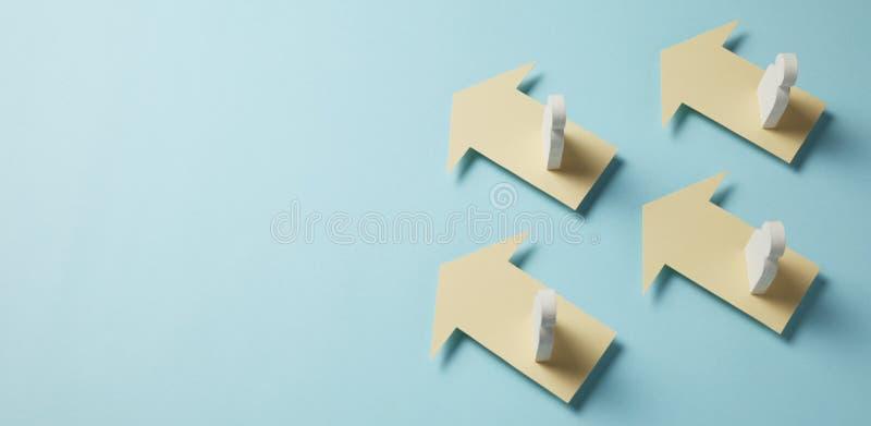 Vormen en pijlen op blauwe achtergrond Bedrijfsaspiratie en beweging aan succes stock foto