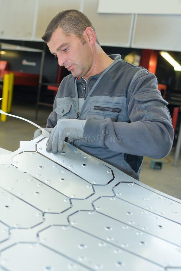 Vormende metaalbladen in fabriek royalty-vrije stock foto's