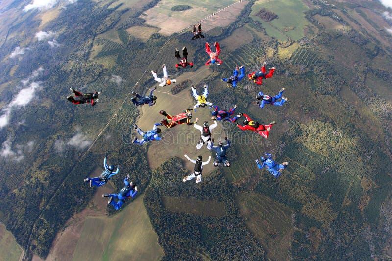 Vorming het skydiving Een groep skydivers valt togther royalty-vrije stock fotografie