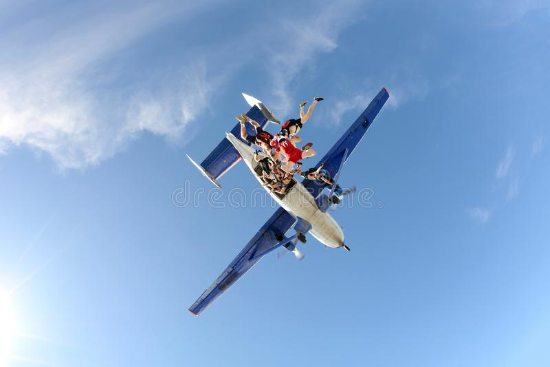 Vorming het skydiving Skydivers valt zonder kostuums stock fotografie