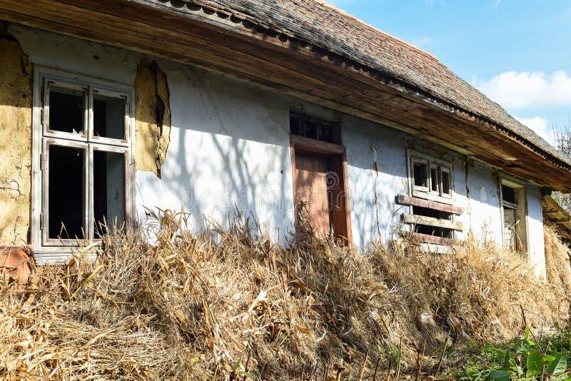 Voroblevychi-Dorf, Drohobych, West-Ukraine - 14. Oktober 2017: Ein altes verlassenes Haus, Landleben, Reihe um das Dorf stockfoto