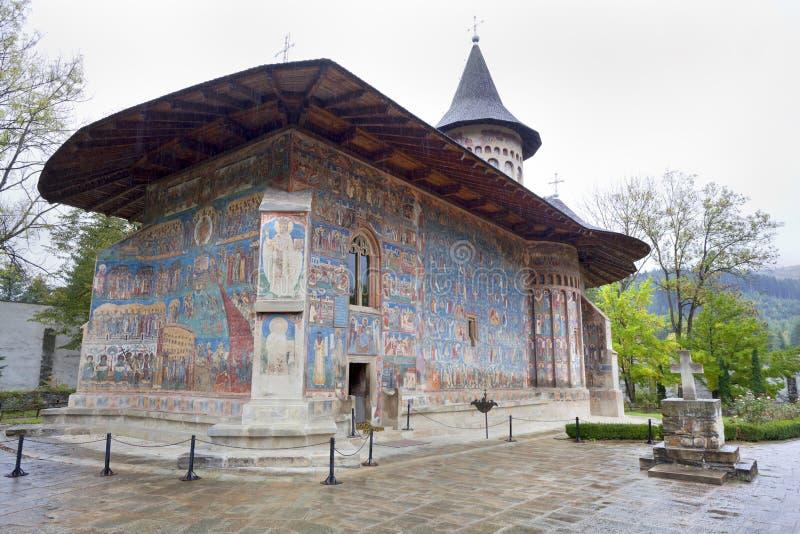 Voronet kloster, regnig dayl, Rumänien arkivbild