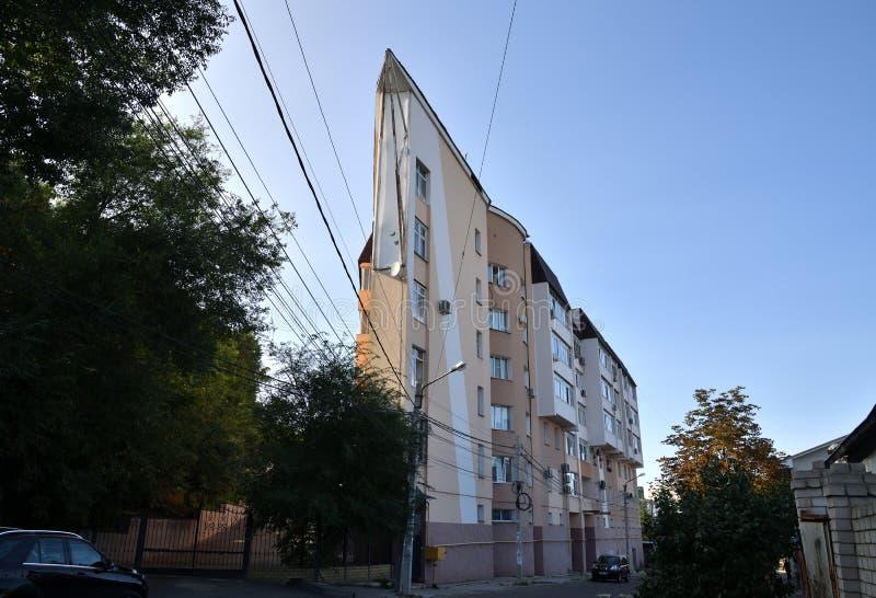 Voronezh, Ρωσία - 23 Αυγούστου 2018 ασυνήθιστο σπίτι με την αιχμηρή γωνία στην οδό 20 επέτειος VLKSM στοκ εικόνες