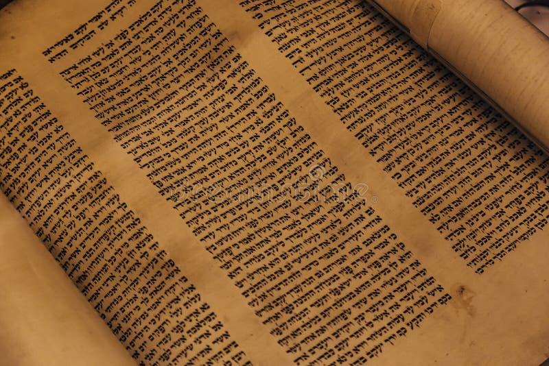 Voronezh, Ρωσία, CIRCA 2018: Εβραϊκός θρησκευτικός χειρόγραφος κύλινδρος περγαμηνής Torah στοκ φωτογραφίες