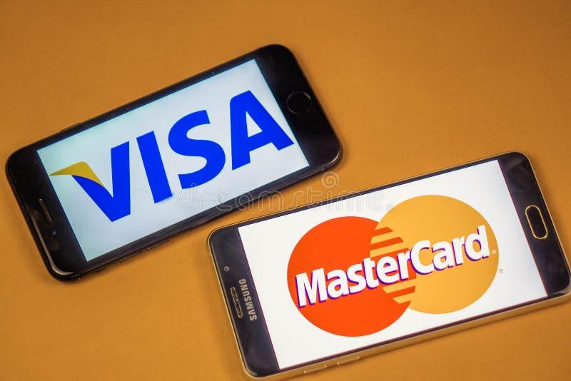 VORONEZH, ΡΩΣΙΑ - 3 μπορούν, το 2019: Λογότυπο Visa και mastercard λογότυπο σε δύο διαφορετικά τηλέφωνα στοκ εικόνες