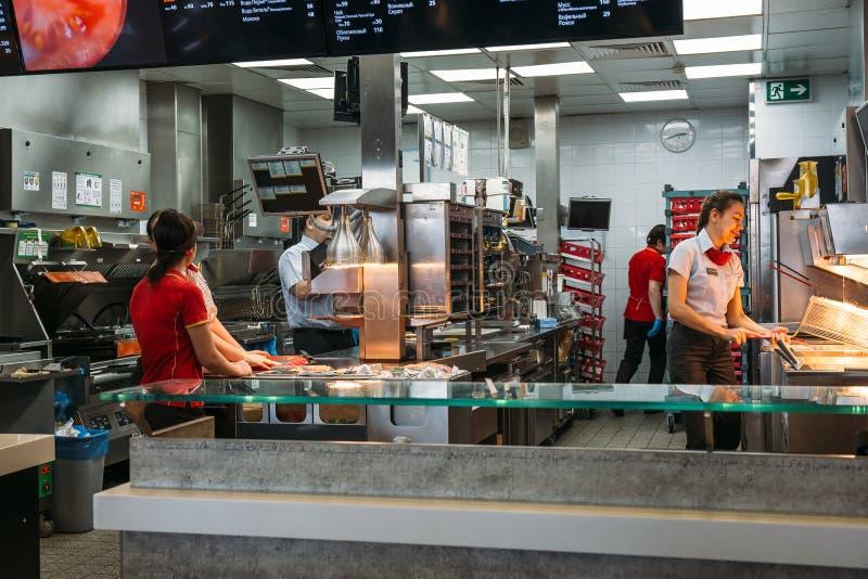 Voronezh, το Μάρτιο του 2018 της Ρωσίας - Circa: Περιοχή κουζινών Mcdonalds με τους εργαζομένους, διάσημος καφές γρήγορου φαγητού στοκ εικόνες με δικαίωμα ελεύθερης χρήσης