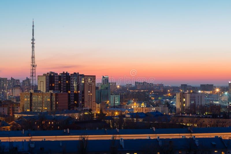 Voronezh miasto natychmiast po zmierzch, domy, ćwiartki, wieżowowie obrazy stock